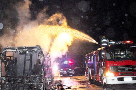 消防员出水救火。