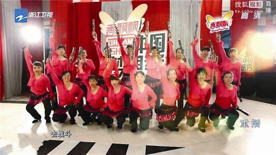 在《中国梦想秀》舞台上,村妇们表演《甘蔗舞》。视频截图