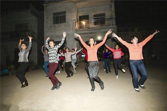 村妇舞蹈队利用农余时间排练。记者 邹财麟 摄