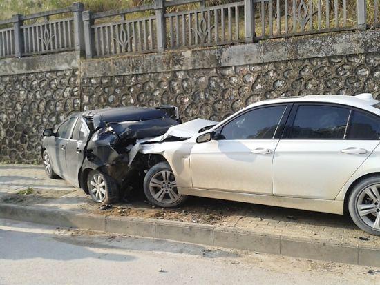 宝马车将长城车撞上了人行道,两辆车都损坏严重。