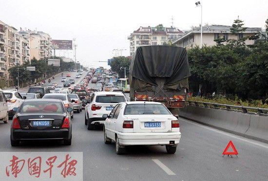 一辆重型货车抛锚近30 分钟,导致一个车道无法通行。南国早报记者 苏华 摄