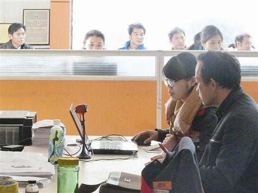在南宁市捷尔达汽车运输有限公司,一名女工作人员正帮助货车司机考试。