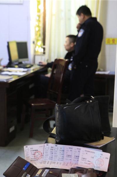 存折交给派出所当日,民警对失主身份进行调查。南国早报记者记者唐寅 图