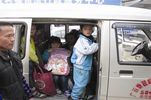 超载的一辆面包车上,学生挤成了一团。