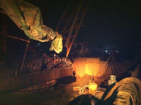 柳州:水上执法人员扣留2艘非法捞砂船(图)