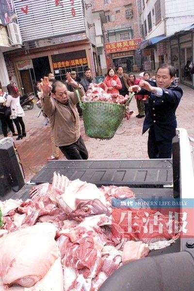执法人员查获的私宰肉,装车准备拉去销毁