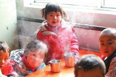 小学生喝热水取暖。
