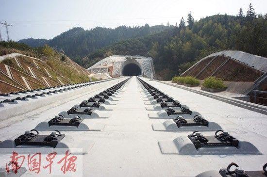 贵广铁路泗里口浔江特大桥从三江县城旁边穿过,为该县带来众多憧憬。