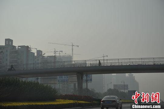 图为南宁市区为雾霾所笼罩。洪坚鹏 摄