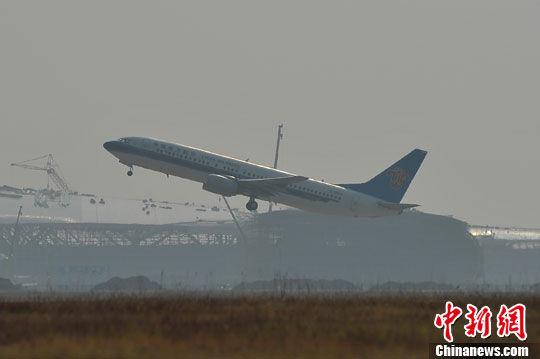 图为南宁机场,一架飞机在雾霾中起飞。洪坚鹏 摄