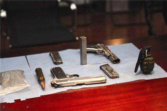 警方缴获的部分仿制枪支、弹药和手雷。陈国海 摄