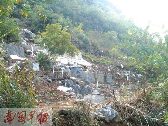 巴山山脚处多处坟墓被打砸。 南国早报记者 周如雨 摄