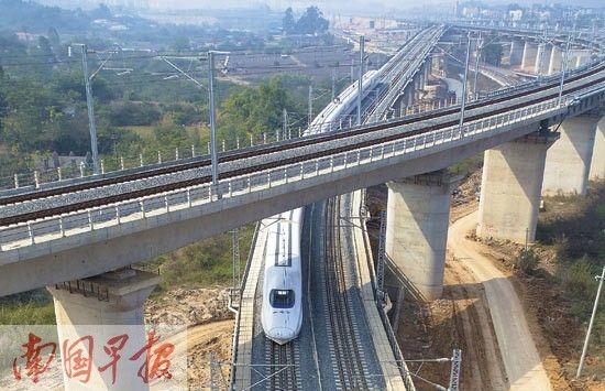 12月24日,和谐号动车在广西沿海进行高铁满图试运行。 南国早报记者 徐冰摄。