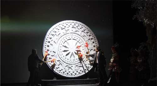 嘉宾一起敲击别致而又具有浓郁壮乡特色的铜鼓,启动新浪广西正式上线。