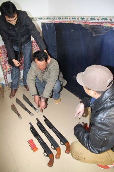 图为在涉案嫌疑人出租屋内缴获作案用的自制枪支及刀具。南宁警方供图