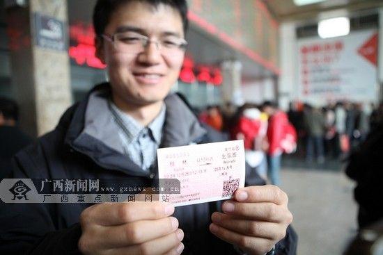 12月26日13时起南宁火车站动车票统一发售,13时05分南宁市民王先生买到第一张动车车票。广西新闻网通讯员 林祥云 摄