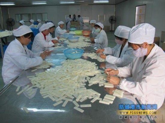 图为工人们在无菌车间内对试剂进行包装。