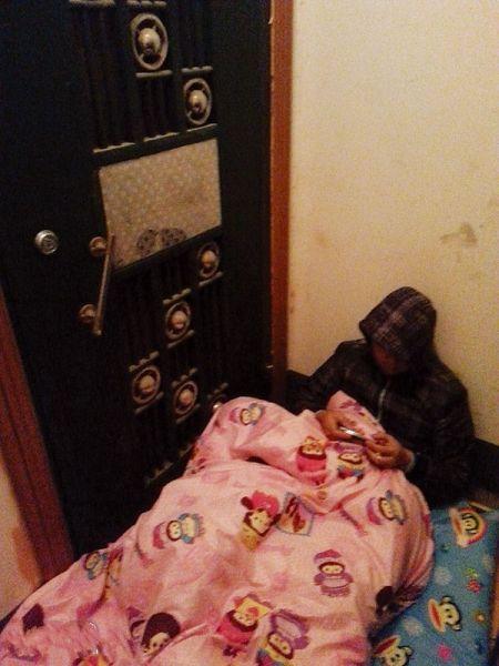 追债者睡在蒙先生门外。 南国早报记者 摄