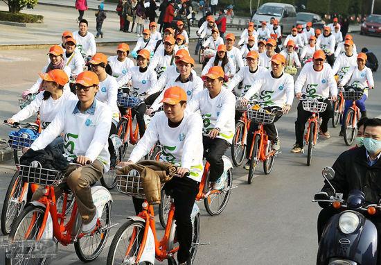 参加南宁公共自行车正式运行活动的车队集体出行,体验公共自行车带来的便捷。 南国早报记者 唐辉吉 摄