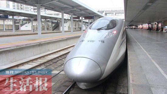 在桂林站,驶往北京的动车。