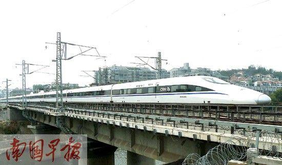 28日中午,G530桂林至北京高铁动车从桂林火车站首发后驶过桃花江铁路桥。