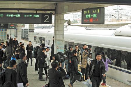 从长沙到桂林只用3小时10分钟,这是昨日衡柳铁路建成后开出的首趟列车。王志伟 摄