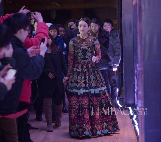 章子怡挑战诠释华伦天奴 (Valentino) 异域复古风情刺绣裙