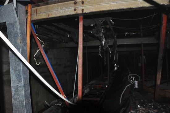 舞台顶部空间的线缆被烧。南宁消防供图