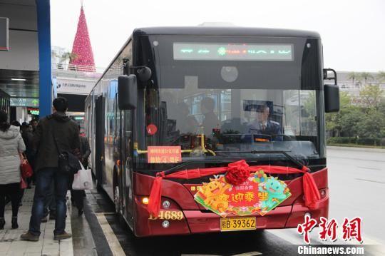 乘客排队乘快速公交。朱柳融 摄