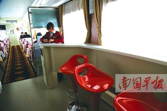 南宁至北京西全程卧铺列车的餐车里,有为旅客设置的吧台。