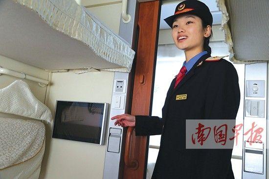 普速客车中的高富帅   当天上午11时多,南宁至北京西T286次列车徐徐驶入南宁火车站11号站台。全新的蓝白色车体很是帅气。这是南宁铁路局现有普速客车中最先进的车型。现场工作人员介绍,其车型为25T型直供电集便空调客车,是国产25型系列客车的最新型号,是普速客车中最高级别的车型。   T286次停稳,记者跟随工作人员登车先睹为快。先进入的是一节软卧车厢,打开一个软卧间的门,松软的全新被褥整体叠放在铺位上,每个铺位的侧板上都设置有衣架、挂钩和网兜形小置物架,考虑很细致。此外,每个软卧席位在靠近门口