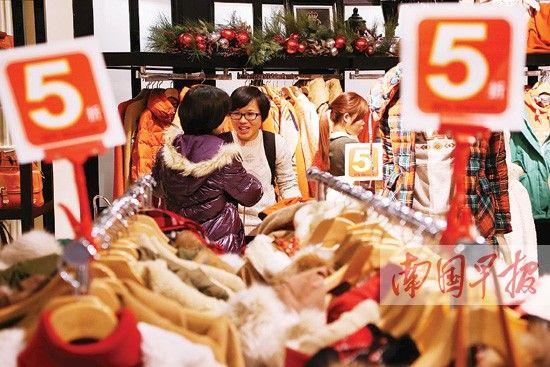 南宁百盛悦荟店打折较低,消费者在选购服装。记者 唐辉吉摄