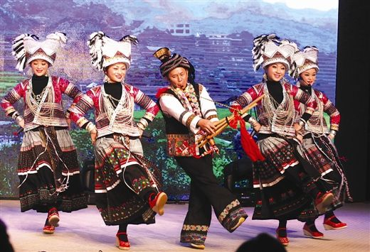 苗韵妙音组合在台上吹起芦笙跳起舞