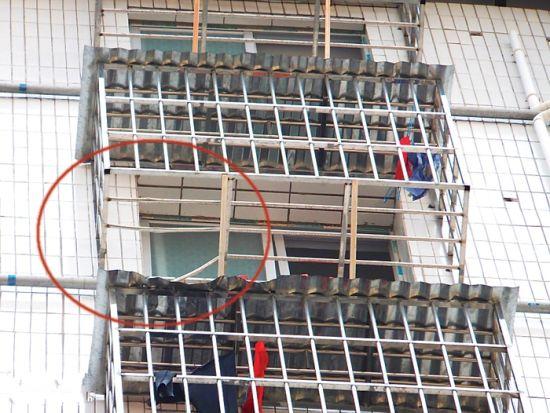 女子是从被踩断的防盗网缝隙中坠落。图片来源:南国早报