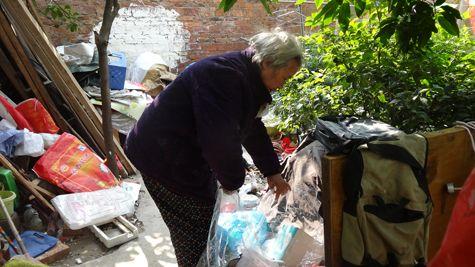 图为75岁阿婆胡水姣在打扫门前院落。柳州晚报记者 张捷 摄