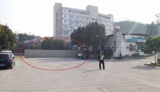 断头路边(画圈处)确实还可以增加一些车位,且不影响道路通行。南国早报记者 姜锋 摄