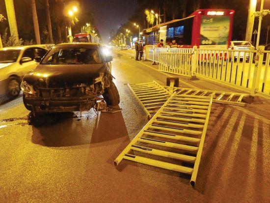 肇事的黑色小车车头受损严重。图片来源:南国早报