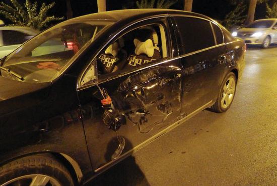 一辆车身受损的小车在事发一个多小时后来到现场,自称在事故中受损。图片来源:南国早报