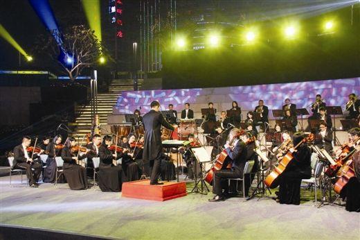 广西交响乐团在进行演奏
