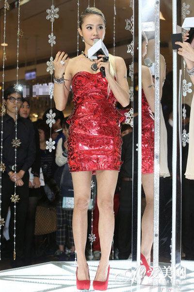 蔡依林一款亮面红色的抹胸包臀裙