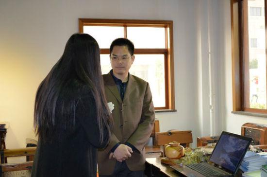 河池市天峨县梁昌旺副县长在会场与嘉宾交流天峨县旅游发展状况