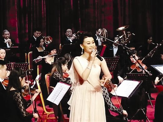 李清影在演唱《可爱的南宁》(南国早报记者 李丽摄)