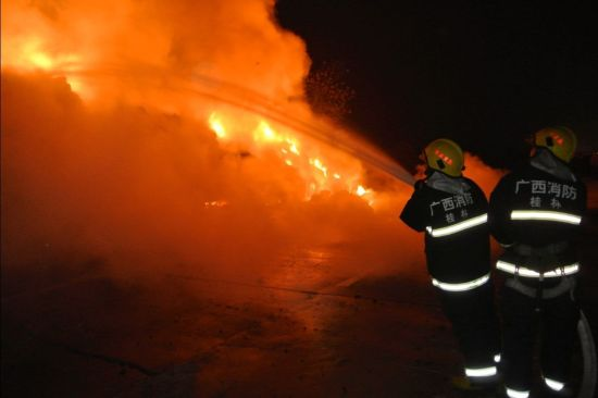 消防官兵进行救援。图片来源:桂林市公安消防支队