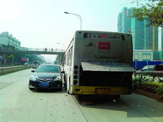 小轿车被公交车撞得掉了头。 李斐振摄