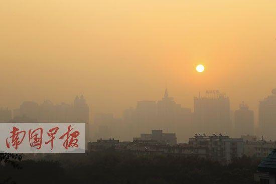1月1日上午8时许,隔着南湖看去,南宁埌西一带的建筑物朦朦胧胧。南国早报记者 邹财麟 摄