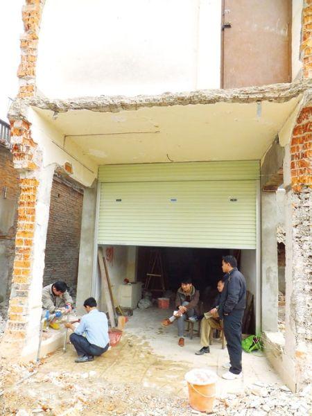 重新安装水管,入住半截楼。南国早报记者 唐辉吉 摄