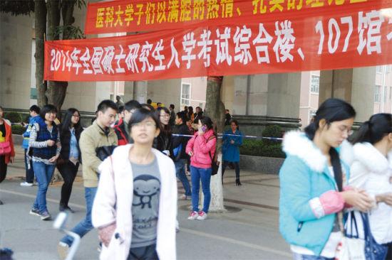 4日下午,在广西医科大学考点,考生参加完考试后,陆续走出考场。南国早报记者 蒋晓梅 摄