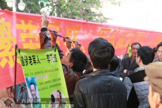 众多市民在现场条幅上签名支持李英连上《中国梦想秀》