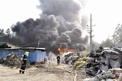 防城港塑料厂突发大火火势蹿向高压线(图)