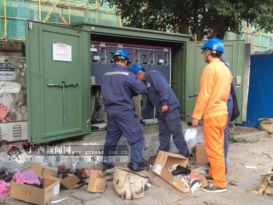 图为供电维修人员更换了新的开闭所。南宁供电局 供图